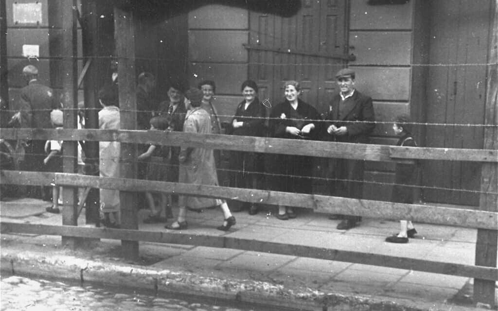 גטו לודג' מאחורי גדר העץ והתיל שהפרידו את הגטו משאר העיר, 1940-1941 (צילום: באדיבות דניאל בי. שוורץ)