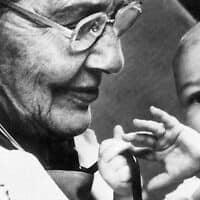 """ד""""ר הלן טאוסיג ותינוק (צילום: FocusFillWzEyMDAsNzIwLCJ5IiwxNTZd.j)"""