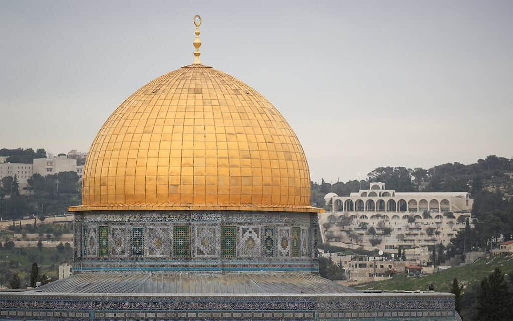 אריחים קרמיים מעטרים את כיפת הסלע, במבט מאחד מגגות העיר העתיקה בירושלים, 12 במרץ 2019 (צילום: יונתן זינדל/ פלאש 90)