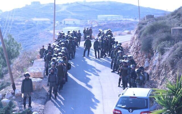 חיילי משמר הגבול מגיע למאחז קומי אורי (צילום: Elazar Riger)