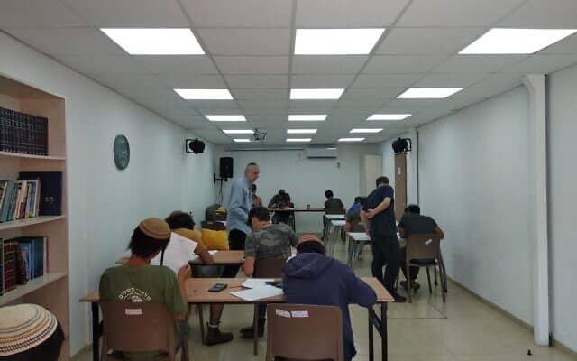 סטודנטים באתגר בית אל ניגשים לבחינת הבגרות. 9 בינואר 2020 (צילום: Jacob Magid)