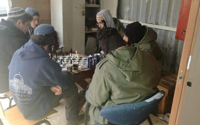 תלמידים נחים לאחר שהשתתפו באתגר בית אל (צילום: Jacob Magid/Times of Israel)