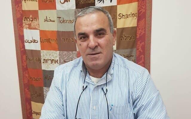 חסן אגבריה במשרדו בבית הספר 'גשר מעל וואדי', כפר קרע, ישראל, ב-4 בפברואר 2020 (צילום: נתן גפי)