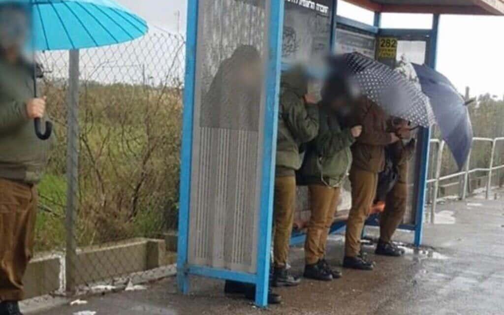 חיילים מחכים בתחנה לאוטובוס של חברת מטרופולין