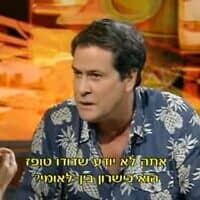"""צילום מסך מתוך ראיון של דודו טופז ב""""חוצה ישראל"""" עם רינו צרור"""