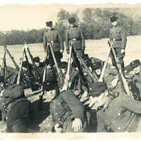 """השומרים של סוביבור מול השביל הידוע בשם """"הדרך לגן עדן' שעליו הובלו הקורבנות אל תאי הגזים (צילום: אוסף הפושע מסוביבור, המוזיאון לזכר השואה של ארצות הברית)"""