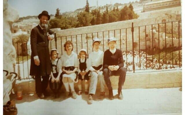 יצחק הראל (שני מימין) עם משפחתו