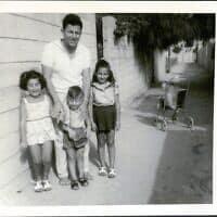 משעול חרדון באר שבע ,ברקע עץ הפילפלון משפחת בנימין 1968