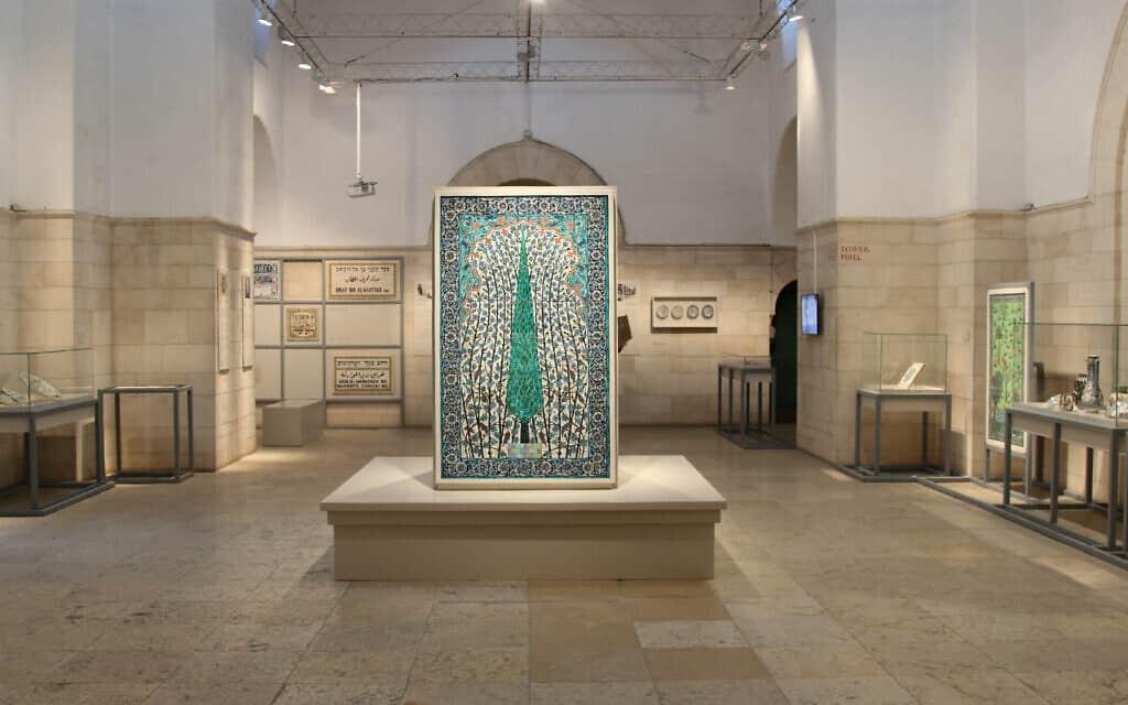 שחזור של ספסל מ-1922 שעיטר האמן דוד אוהנסיאן, ועליו אריחים דומים של האמן מאותה תקופה (צילום: שמואל בר-עם)