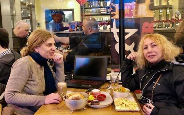 שרון שמורק ותמר גרשוני, פעילות ארגון משמר הבחירות (צילום: באדיבות המרואיינת שרון שמורק)