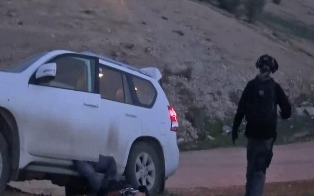 """אבו אל קיעאן שוכב מחוץ לרכב, תיעוד ממצלמת הוידאו של השוטר ל""""מ"""