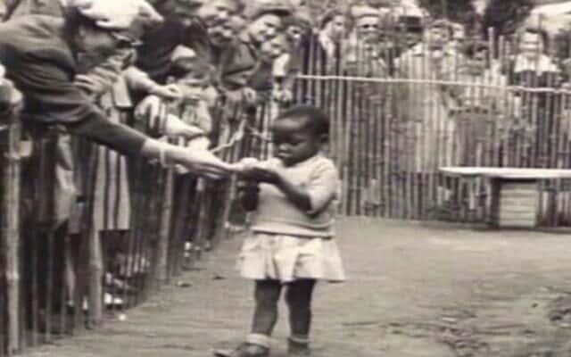 ילדה אפריקאית מוצגת בגן חיות אנושי, בלגיה 1958, צילום מסך מתוך הסרט: Zoo (Volkerschau)-Behind the Scenes (Co-Produced by District Entertainment)
