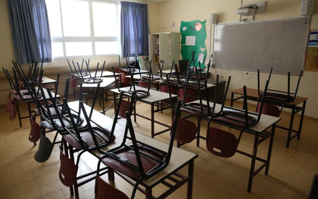 .כתה ריקה בבית ספר שנסגר אתמול בצפת (צילום: David Cohen/Flash90)