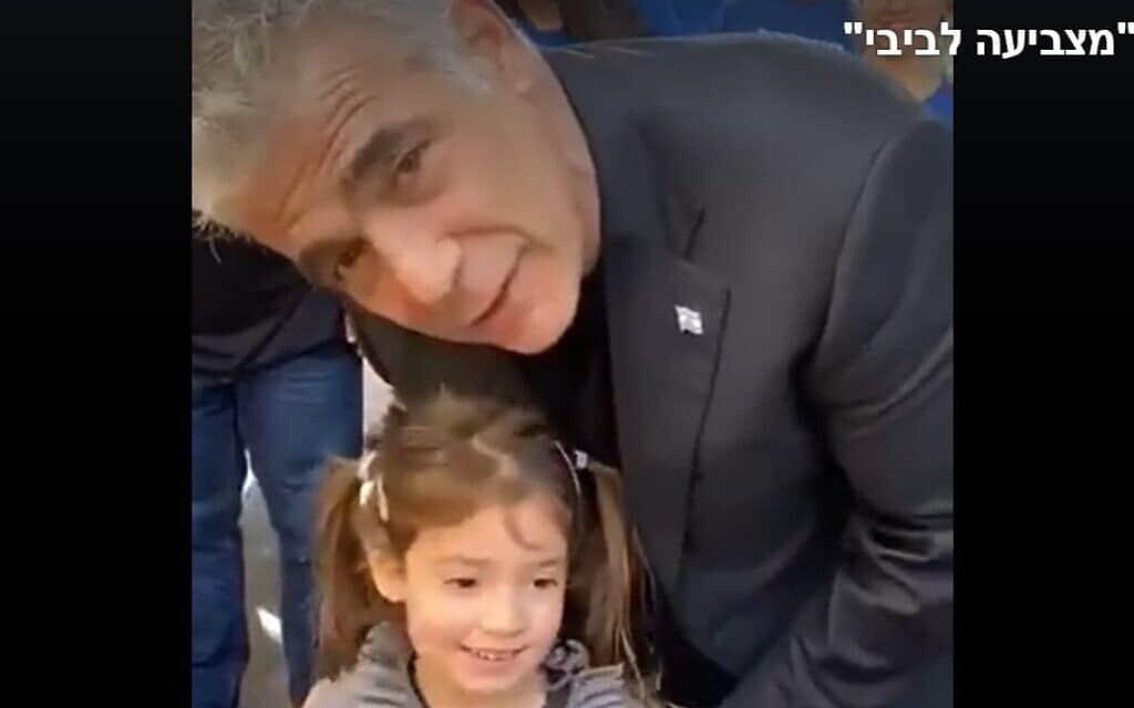 יאיר לפיד והילדה עמליה ביום הבחירות (צילום: צילום מסך, פייסבוק)