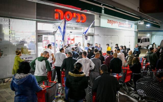 תור בכניסה לסופרמרקט רמי לוי באשדוד. 14 במרץ 2020 (צילום: פלאש 90)