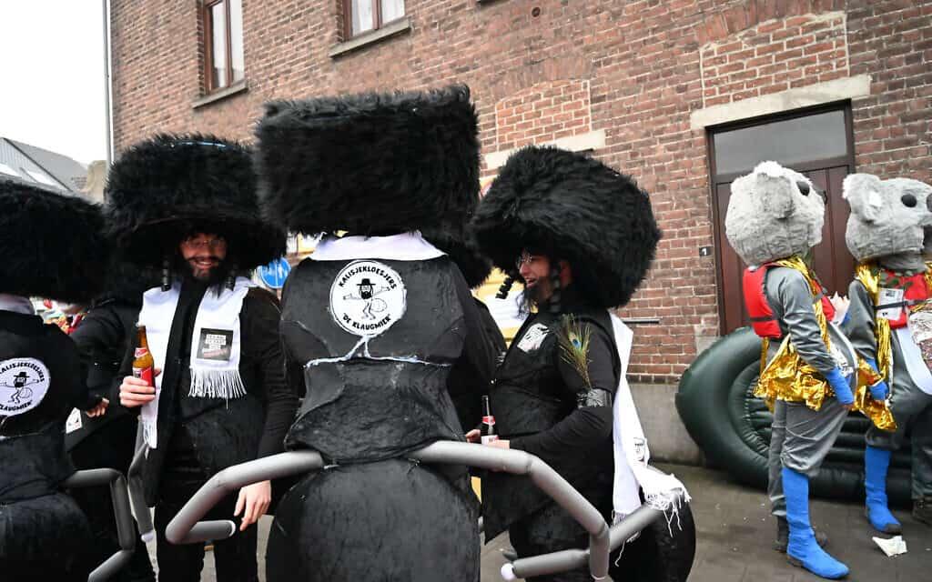 גברים לבושים כחרדים עם גוף של נמלה, בתהלוכה השנתית של הקרנבל באלסט שבבלגיה, 23 בפברואר 2020 (צילום: כנען ליפשיץ)