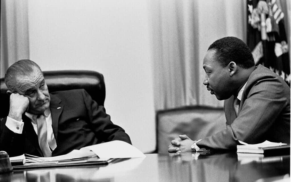 מרטין לותר קינג והנשיא לינדון ג'ונסון בחדר הקבינט בבית הלבן, 1966 (צילום: Yoichi Okamoto - Lyndon Baines Johnson Library and Museum)