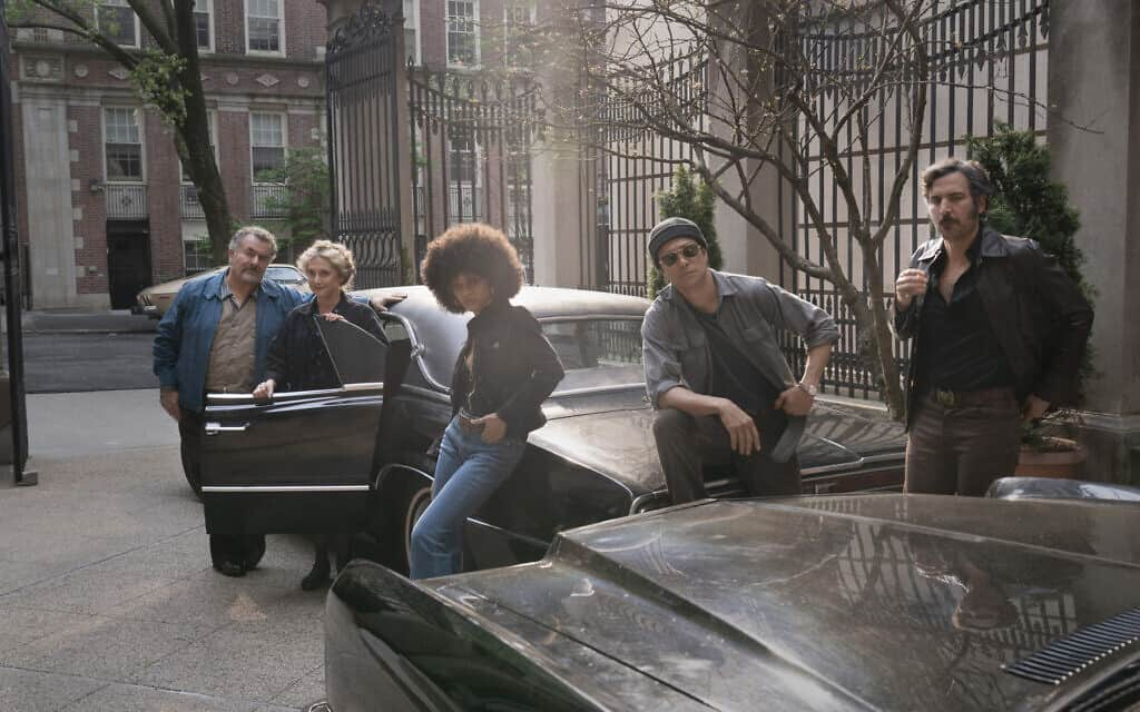 """כמה מכוכבי הסדרה """"ציידים"""" של אמזון. משמאל: סול רובינק, קרול קיין, טיפאני בון, לואי אוזאווה צ'אנגצ'יין וג'וש רדנור (צילום: כריסטופר סונדרס)"""