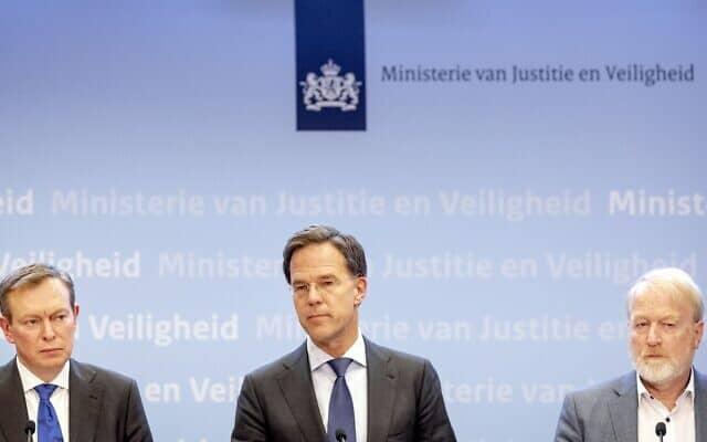 ראש ממשלת הולנד, מארק רוט (במרכז) במסיבת עיתונאים עם ראשי מערכת הבריאות בהאג, 12 במארס 2020 (צילום: סאם ון דר וואל/ANP/AFP דרך Getty Images)