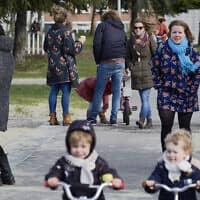 אנשים בפארק בהאג, בהולנד, 17 במארס, 2020 כאשר ראש ממשלת הולנד, מארק רוט, הכריז במהלך נאום טלוויזיוני שהמדינה תפעיל תכנית חסינות עדר כדי להתמודד עם התפרצות נגיף הקורונה (צילום: פירס קרום/Getty Images)