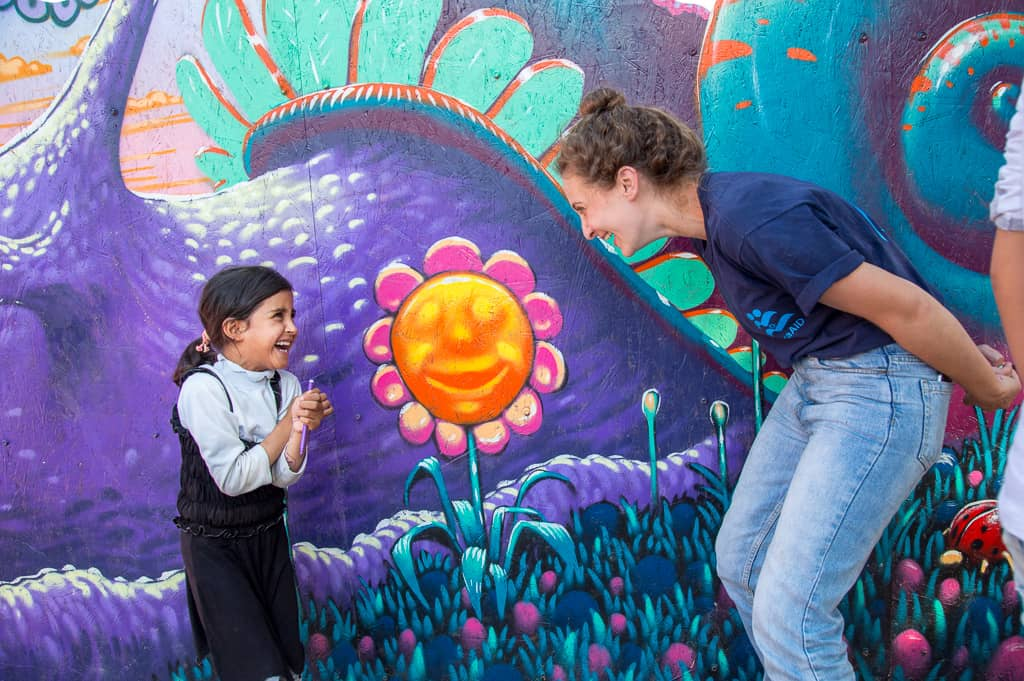מולי ברנשטיין וילד פליט באי לסבוס (צילום: Lisa Kristine/israAID)