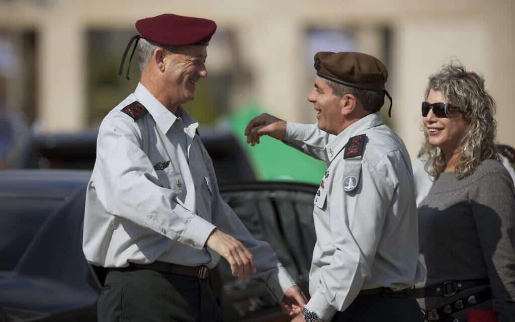 גבי אשכנזי ובני גנץ בטקס חילופי רמטכ״ל, ב-14 בפברואר 2011 (צילום: AP Photo/Oded Balilty)