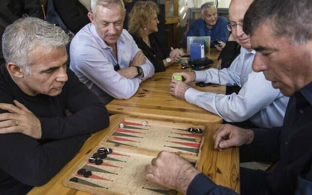 גבי אשכנזי ויאיר לפיד משחקים שש בש, במרץ 2019. אנחנו יודעים מי ניצח (צילום: AP Photo/Tsafrir Abayov)
