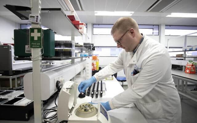 בדיקות קורונה במעבדה בסקוטלנד (צילום: Jane Barlow/PA via AP)