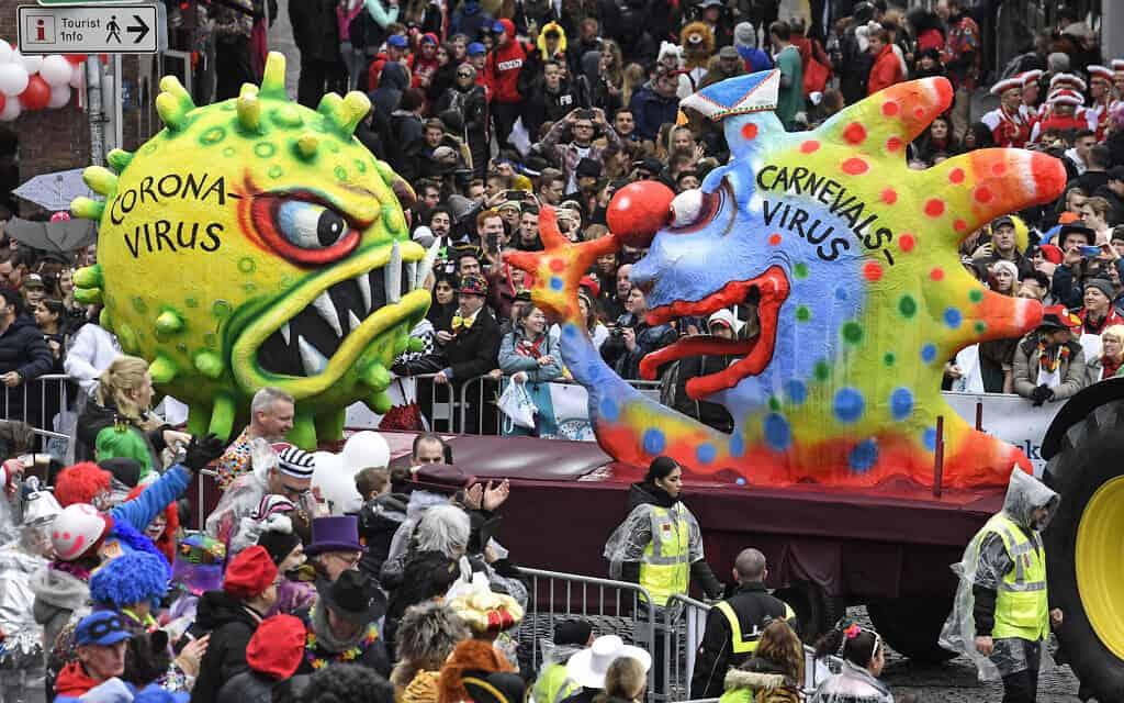 דמויות ענק בהשראת נגיף הקורונה בקרנבל בגרמניה, מרץ 2020 (צילום: AP Photo/Martin Meissner)