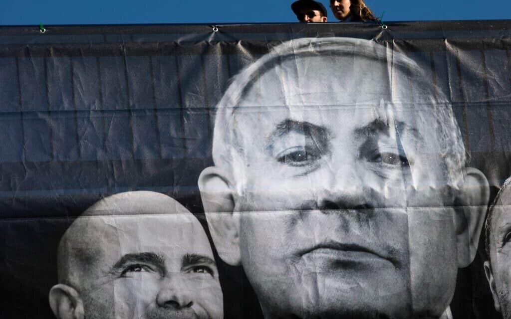תעמולת בחירות של כחול לבן, שבה נראים נתניהו ואוחנה, 1 במרץ 2020 (צילום: Oded Balilty, AP)
