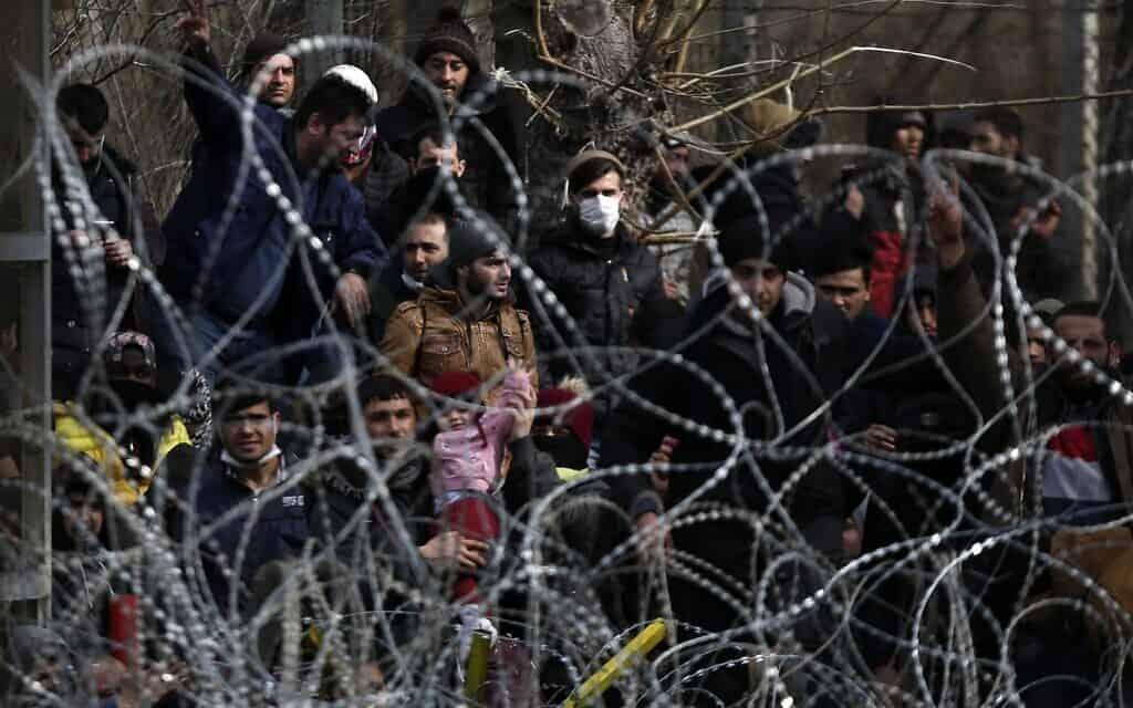 אזרחים ליד הגבול במחוז אידליב (צילום: (AP Photo/Giannis Papanikos))