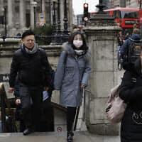 עוברת אורח עוטה מסכת מגן בלונדון שבבריטניה, 4 במרץ 2020 (צילום: Matt Dunham, AP)