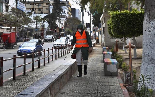 עובדי עירייה בעזה מחטאים מקומות ציבוריים (צילום: (AP Photo/Adel Hana))