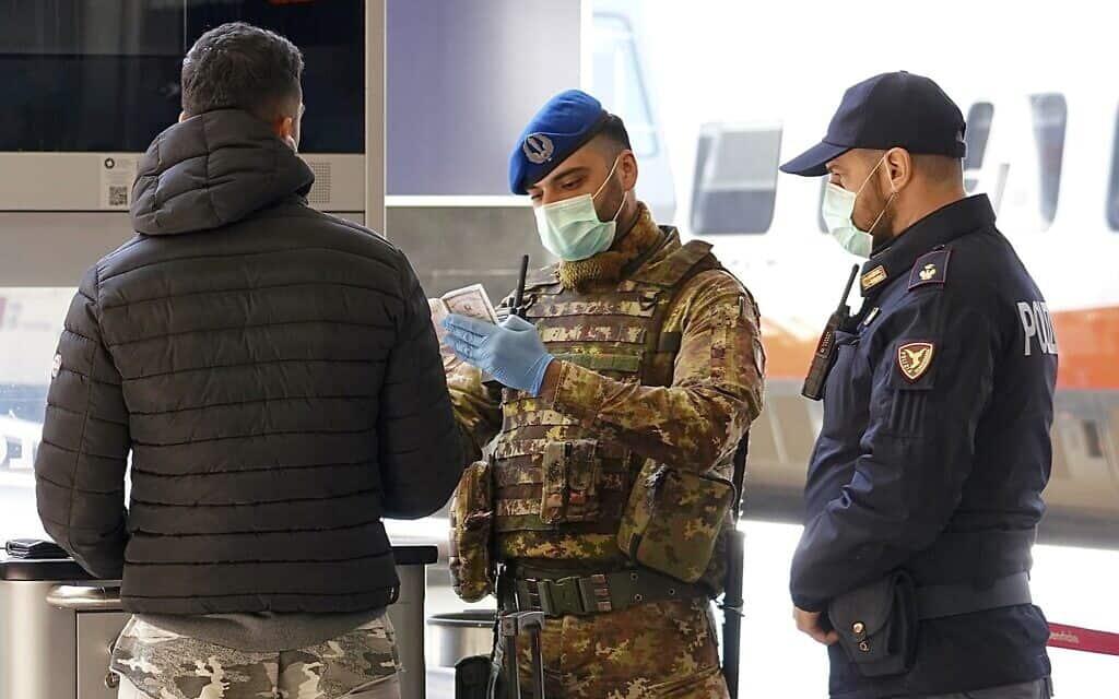 התפרצות הקורונה באיטליה: המשטרה בודקת תושבים המבקשים להתנייד (צילום: AP Photo/Andrew Medichini)