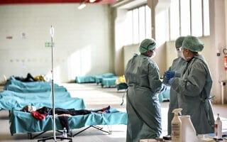 בית חולים באיטליה: הכנות לקליטת חולי קורונה (צילום: Claudio Furlan/LaPresse via AP)
