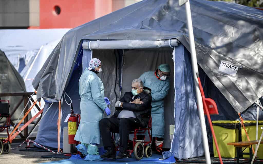 התפרצות הקורונה באיטליה: טיפול בחולים מבוגרים מתבצע באוהלים מבודדים מיוחדים (צילום: Claudio Furlan/LaPresse via AP)