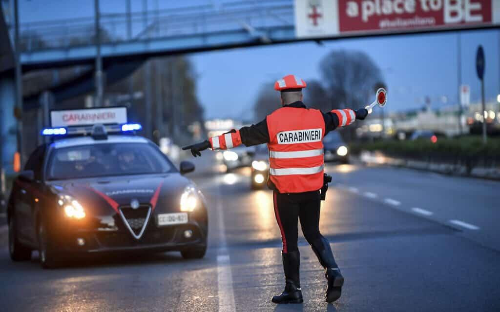 הפרצות הקורונה באיטליה: בדיקות משטרתיות בכבישים (צילום: Claudio Furlan/LaPresse via AP)