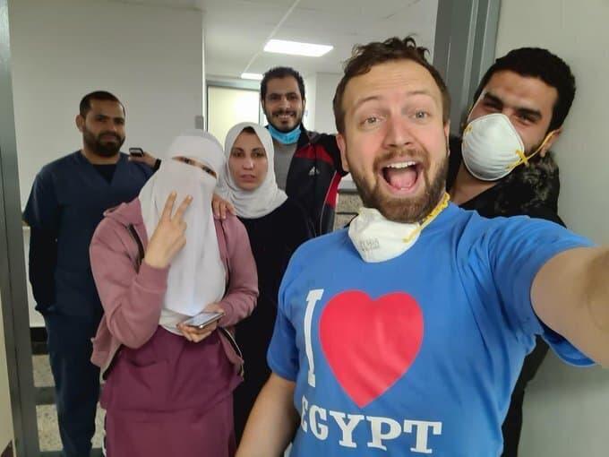תייר אמריקאי במצרים חוגג את העובדה שלא נדבק בקורונה. בהמשך הסתבר כי תוצאות הבדיקה שלו היו שגויות (צילום: Matt Swider via AP)