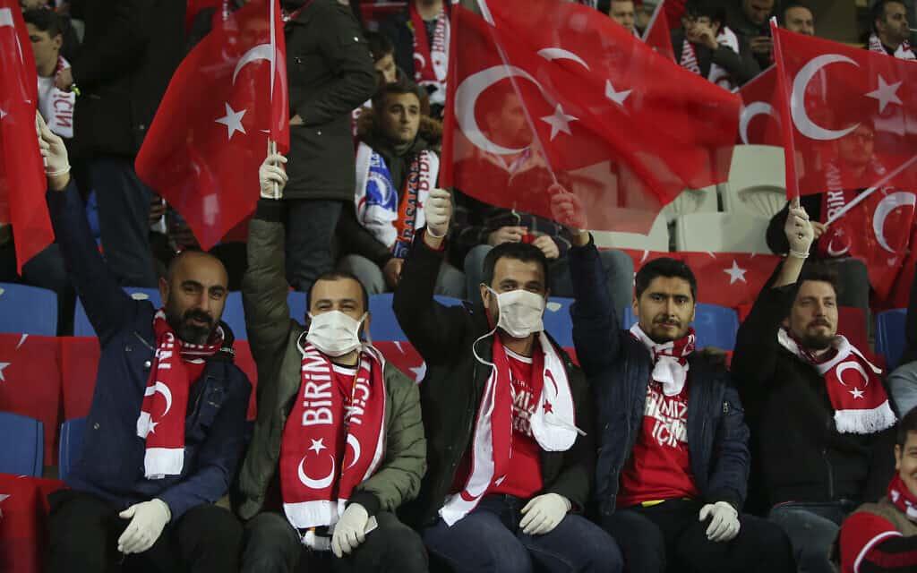 משבר הקורונה: אוהדי כדורגל מטורקיה, מרץ 2020 (צילום: AP Photo)