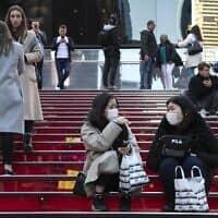 עוברי אורח העוטים מסכות מגן בכיכר טיימס במנהטן שבניו יורק, 15 במרץ 2020 (צילום: Wong Maye-E, AP)