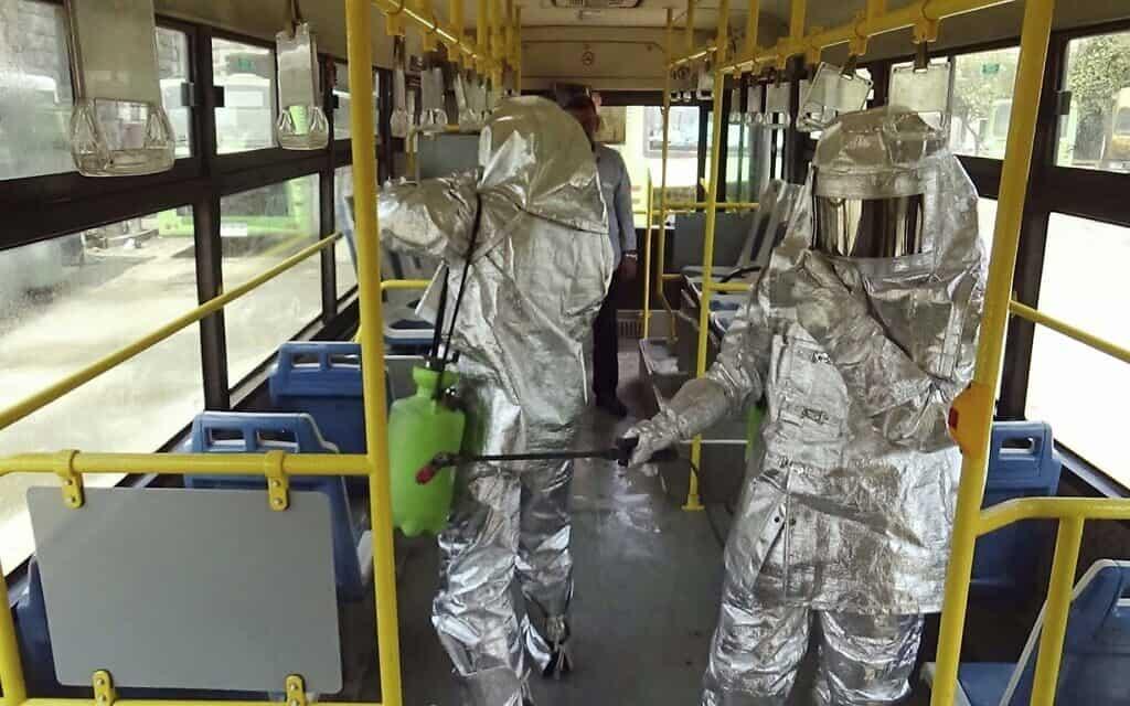מגפת הקורונה: חיטוי אוטובוס (צילום: SANA via AP)