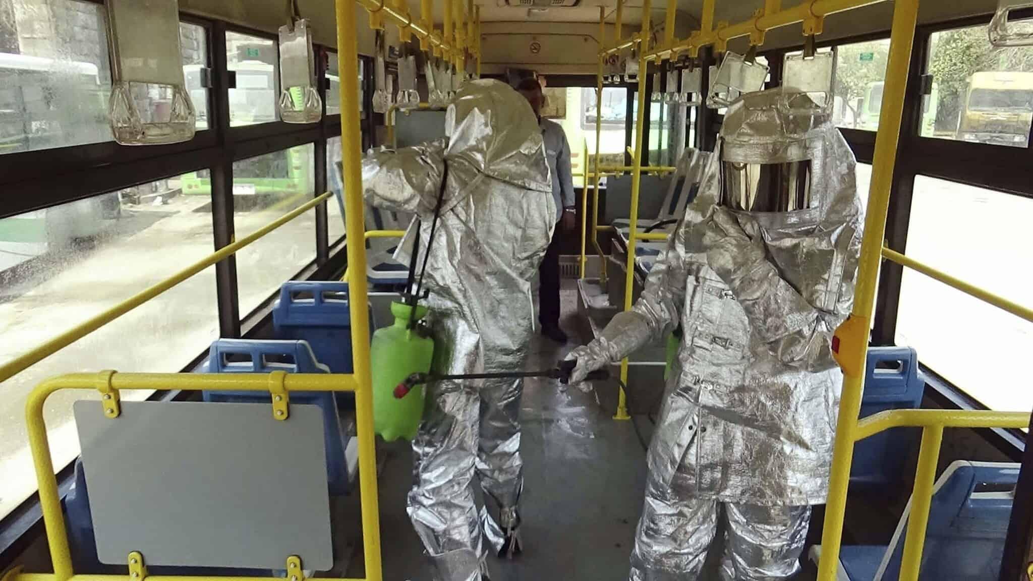 מגפת הקורונה: חיטוי אוטובוס בסוריה. את התמונה הפיצה סוכנות הידיעות הסורית הרשמית (צילום: SANA via AP)