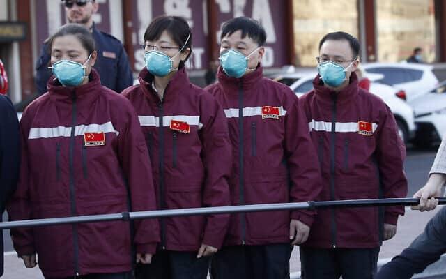 חובשים ופרמדיקים מסין מגיעים לשדה התעופה במלפנסה במילאנו (צילום: AP Photo/Antonio Calanni)