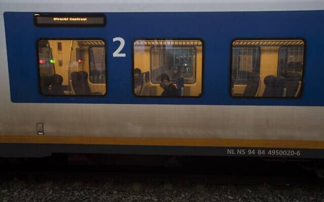 מיעוט נוסעים, אך נסיעות כרגיל – קרון רכבת בהולנד בעת משבר הקורונה (צילום: AP Photo/Peter Dejong)
