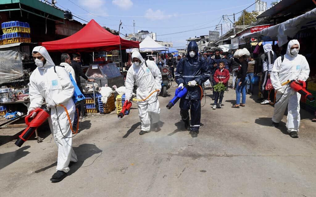 משבר הקורונה: חיטוי השוק המרכזי בעזה (צילום: AP Photo/Adel Hana)