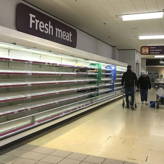 מדפי סופרמרקט בלונדון ריקים לגמרי (צילום: AP Photo/Kirsty Wigglesworth)