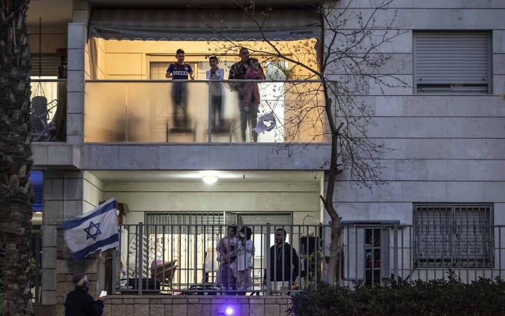 ישראלים מריעים בבתיהם לצוותי הרפואה על רקע פעולותיהם למאבק בהתפשטות הקורונה, היום (צילום: Tsafrir Abayov, AP)
