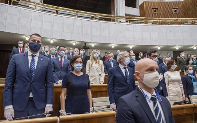 דמוקרטיה בימי קורונה, זה אפשרי: התכנסות הפרלמנט החדש בסלובקיה (צילום: Michal Svitok/TASR via AP)