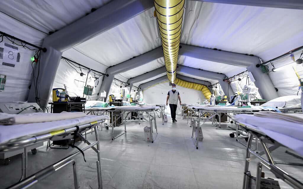 היחידה לטיפול נמרץ בבית חולים שדה לשעת חירום שהוקם מחוץ לבית החולים בקרמונה, צפון איטליה, 20 במרץ 2020 (צילום: קלאודיו פורלאן/LaPresse באמצעות AP)