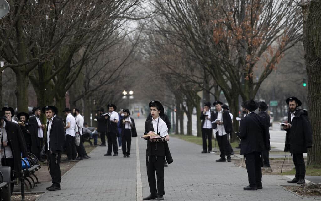 חרדים מתפללים בניו יורק בתקופת הקורונה, בהתאם להנחיות שמירת המרחק. למצולמים אין קשר לנאמר בכתבה (צילום: AP Photo/Mark Lennihan)